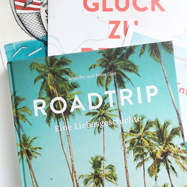 """Kennt ihr eigentlich den wunderbaren @reisedepeschen Verlag? Hoffentlich schon, denn der kleine Verlag macht großartige Reisebücher mit Fernweh-Garantie. So wie """"Roadtrip"""". Durchgeblättert, verliebt, nochmal gelesen und noch mehr verliebt. 😍 Bald erzähle ich euch mehr zum Verlag und zeige das tolle Buch auch noch ausführlicher. Kennt ihr es schon? Verreist ihr gerne? Wohin geht es als nächstes? . #buchtipp #buchliebe #buch #reisen #exploring #explore #fernweh #wanderlust #reisedepeschen #roadtrip #diepetzi #dieliebezudenbüchern"""