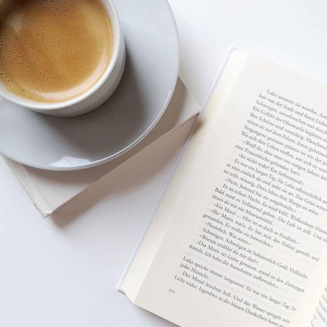 Guten Morgen. Freitag, der letzte Tag vor dem Urlaub und die Sonne scheint. Was will man mehr? ☀️ Ich freu mich auf ganz viel Lesezeit. 😍 Habt ihr Buchtipps für mich? Gerne auch von der #backlist. Und was lest ihr gerade? . #buchliebe #buch #lesen #kaffee #buchtipps #buchtippsgesucht #buchblogger