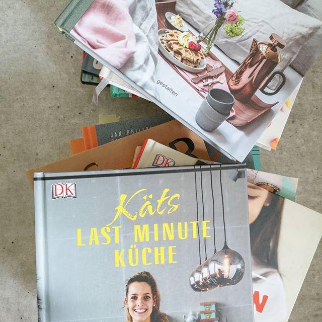 """In den Stories habe ich all die Kochbuchfragen beantwortet, die mich letzte Woche über das Fragetool erreicht haben. Wer sich dafür nicht interessiert, einfach nicht schauen. 🙈 Ich bin vielleicht ein bisschen eskaliert, weil ich auch immer ein oder mehrere passende Bücher hab und sie euch unbedingt vorstellen wollte. Kochbücher im speziellen sind halt eine """"kleine"""" und besondere Leidenschaft bei mir. Hat man schon gemerkt, oder? 😂 Habt einen tollen Sonntag. 😘 . #kochbuch #Kochbücher #kochbuchliebe #kochbuchsüchtig #booksofinstagram #bookstagram #kochen #diepetzi #dieliebezudenbüchern #kochbuchtipps"""