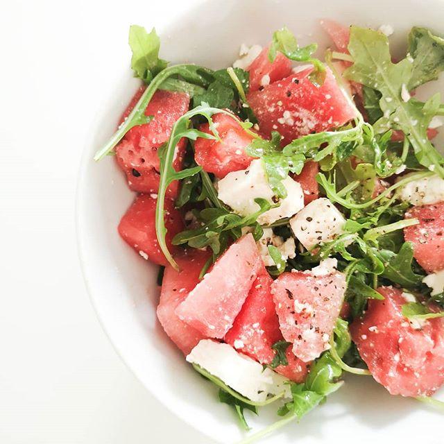 Bei dem Wetter hab ich nur wenig Hunger bzw. bevorzuge leichte Küche. Vorhin hab ich mir deshalb schnell Melonen-Feta-Salat gemacht, der auch mit Rucola perfekt schmeckt. 🍉 Mögt ihr den auch? Was ist bei dem Wetter euer Favorite-Gericht in der Küche? . #melone #wassermelone #snack #sommer #sommersalat #salat #food #foodie #petzikocht #lecker #melonenfetasalat #erfrischung #36gradundeswirdnochheisser #instadaily #foodofinstagram
