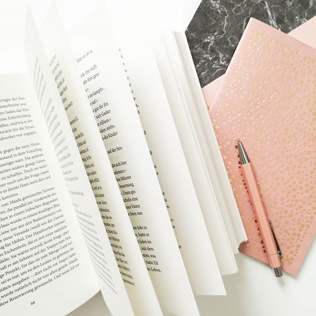 Der erste Arbeitstag nach dem Urlaub ist immer so eine Sache, aber ich hab mich tatsächlich schon drauf gefreut. Auch wenn ich heute einen Auswärtstermin bei 32 Grad Raumtemperatur hatte, lief alles super und hat unglaublich Spaß gemacht. Lesezeit war dank Bahn auch inklusive und ein paar Ideen habe ich ganz spontan auch entwickelt. Gefällt mir sehr. So darf es gerne weitergehen. . Mit welchem Buch seid ihr denn in den Juli gestartet? . #buch #lesen #buchliebe #leseliebe #notizen #gedanken #diepetzi #dieliebezudenbüchern #bookstagram #ichliebebücher #ichliebelesen