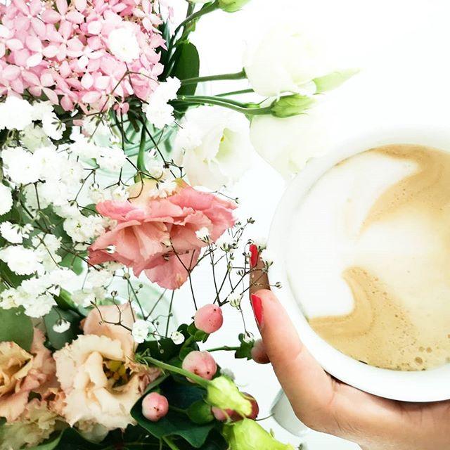 Blumen & Kaffee zum Wochenende. Ich mag diesen faulen Tag und werde gleich mal im nächsten Buch weiterlesen. Was macht ihr so? #sonntagsmodus #kaffeepause #lieblingstage #diepetzi