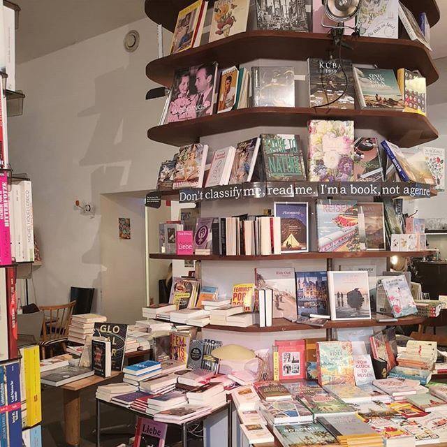 Ohne Buchhandlung ist so eine Städtereise nur halb so gut. Natürlich hab ich deshalb auf eure Empfehlungen gehört und unbedingt bei @phil_in_wien vorbeigeschaut. Café und Bücher sind für mich die beste Kombi und eigentlich hätte ich dort einen ganzen Tag verbringen können. Die Auswahl ist nämlich genial und ich hab so einige tolle Bücher gefunden und natürlich auch was gekauft. Leider ist der Koffer nicht so groß, aber ich komme sicher wieder und bin total in Love. ❤️ #buchhandlung #philinwien #buchhandlungsliebe #buch #bücher #wien #vienna #petziunterwegs #diepetzi #dieliebezudenbüchern #ichliebebücher #lieblingsort #buchliebe