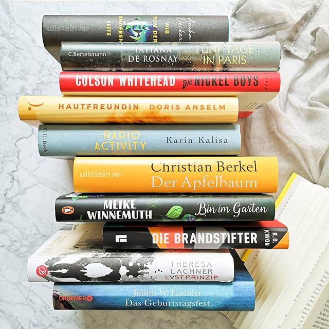 Vor ein paar Tagen hat mich die liebe @iamjane.de beim #tenonmytbr getaggt und wollte zehn Bücher vom SUB. Der ist bei mir ja tatsächlich im dreistelligen Bereich und deshalb hab ich da einiges an Auswahl zu bieten. Trotzdem sind das hier die zehn Bücher, die ich in nächster Zeit gerne lesen würde. Auf eure Empfehlungen hin (in den Stories hab ich ja mal danach gefragt) sind ein paar neue Bücher hier eingezogen und darauf freu ich mich ganz besonders. Sicher werden da noch einige andere dazwischen geschoben, aber die würde ich in diesem Jahr schon noch gerne geschafft haben. Welche davon kennt ihr denn schon? Welche habt ihr schon gelesen? War interessiert auch euch? Ich bin gespannt. . . #buchstapel #lesen #buch #bücher #sub #ichliebebücher #ichliebelesen #bookstagram #booksofinstagram #books #buchblog #buchblogger #buchblogger_de #diepetzi #dieliebezudenbüchern #leseliebe #buchliebe #wasmitbüchern #wasichlese