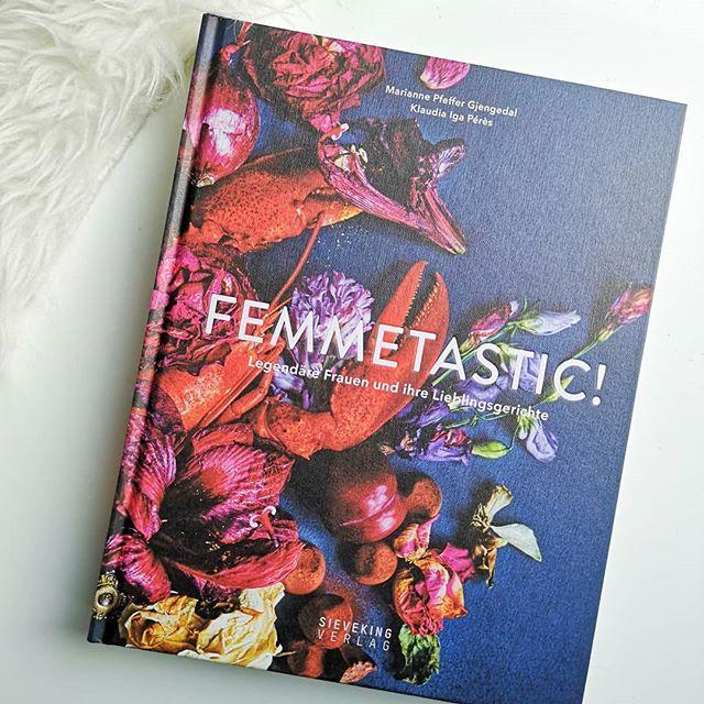 """Im wunderbaren @sievekingverlag ist unlängst das tolle Kochbuch """"Femmetastic!"""" erschienen und auf dem Klappentext heißt es, dass es sich dabei um eine Hommage an Frauen wie Frida Kahlo, Jane Austen, Astrid Lindgren oder Coco Chanel handelt. Eine tolle Zusammenstellung der beiden norwegischen Autorinnen Marianne Pfeffer Gjengedal und Klaudia Iga Pérès, die hier nicht nur die jeweiligen Frauen näher vorstellen, sondern auch köstliche Rezepte präsentieren. Bei Coco Chanel gab es zum Beispiel Karamell-Cognac-Trüffel, während Astrid Lindgren Köttbullar servierte und Jane Austen Yorkshire Pudding zauberte. In wunderschönen Fotografien und Beschreibungen führen die Autorinnen durch das Leben dieser 14 Frauen und begeistern mit Texten und Bildern. Dieses Kochbuch ist daher nicht nur für Foodliebhaber ein Geschenk, sondern auch für alle, die starke Frauen mögen. Kennt ihr das Buch schon? Für mehr Bilder nach links wischen. . . #rezepte #kochbuch #kochbuchliebe #sievekingverlag #kochen #femmtastic #starkefrauen #diepetzi #dieliebezudenbüchern #buch #lesen #buchblog #buchblogger #booksofinstagram #bookstagram"""