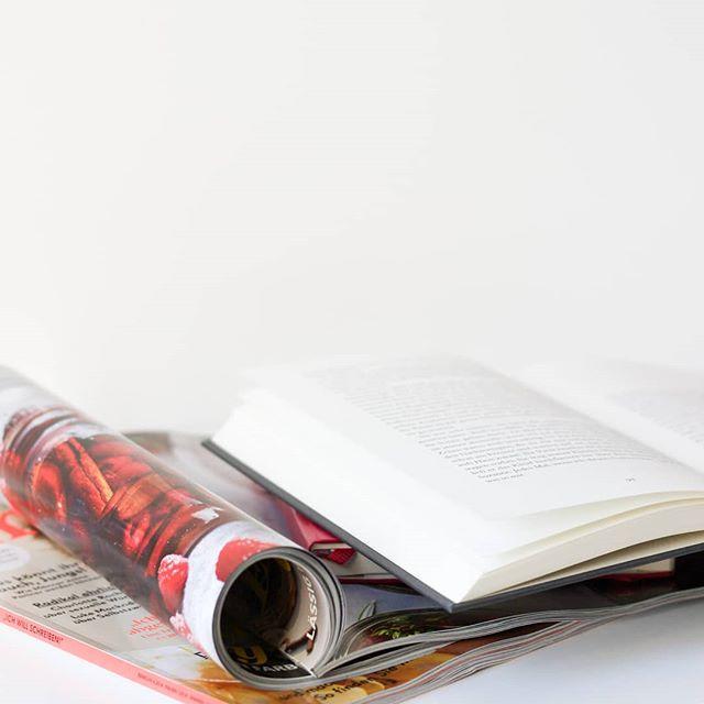Wie ich am besten entspanne? Gute Zeitschriften und Bücher, ein leckerer Kaffee und ein kleines Zeitfenster für mich. Ein paar Seiten sind jeden Tag drin und zur Zeit muss ich auch jeden Tag kurz abschalten, weil die Tage relativ anstrengend sind. Zeitschrift ist aber nicht gleich Zeitschrift. Was lest ihr denn ganz gerne? Wo ist Mehrwert drin? Lasst gern ein paar Tipps da. Ich liebe ja zum Beispiel das @emotionmagazin. So viele gute Artikel! . #zeitschriftensuchti #zeitschrift #lesen #buch #diepetzi #dieliebezudenbüchern #buchblogger #buchblog #auszeit #pause #lesenisttoll #lesenhilft #ichliebebücher #ichliebelesen