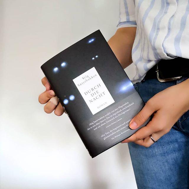 """Als der @dumontbuchverlag vor einigen Wochen eine Rundmail verschickte, wurde ich sofort hellhörig. Es geht dabei um das Buch """"Durch die Nacht"""" von Stig Sæterbakken (aus dem Norwegischen übersetzt von Karl-Ludwig Wetzig). Man kann wirklich von Glück sprechen, dass ich es bis dato, trotz mehrmaligem Vorhaben, noch nicht gelesen hatte und so hab ich an #thepassionweshare sofort teilgenommen und gehofft, dass ich zu den auserwählten Teilnehmer*innen gehöre. Zusammen mit einer weiteren Person, die der Verlag wählte, werde ich mir nun das Buch vornehmen, mich austauschen und analysieren. . Meine Lesepartnerin ist die unglaublich nette und sympathische @lesebine15, die sich (glaub ich) extra wegen der Aktion hier bei Instagram angemeldet hat und die ich vorher noch nicht kannte. Ich freu mich sehr, dass sie mit mir dieses Buch liest. Die ersten hundert Seiten habe ich heute schon geschafft und die ersten Sätze haben mich bereits ziemlich in ihren Bann gezogen. . """"Trauer tritt in so vielen Formen auf. Sie ist wie ein Licht, das ein- und ausgeschaltet wird."""" Ich bin sehr gespannt, was das Buch noch mit mir macht und ob ich ebenso begeistert bin, wie es @torstenwoywod beispielsweise war. Natürlich halte ich euch auf dem Laufenden. . Kennt ihr das Buch? Habt ihr es schon gelesen? . #buch #lesen #roman #norwegen #stigsæterbakken #durchdienacht #dumont #diepetzi #dieliebezudenbüchern #buchliebe #leseliebe #igreads #bookstagram #booksofinstagram #durchdienachtlesen #thepassionweshare #readingthroughthenight"""