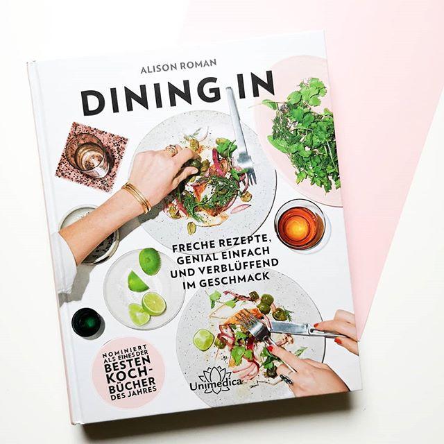 """Gab irgendwie schon lange nichts mehr zu Kochbüchern und deshalb muss das mal dringend geändert werden. Ich hab da gerade wieder ein tolles Exemplar im Test und wollte euch mal von """"Dining In"""" von Alison Roman aus dem @unimedica.de Verlag erzählen. . Die Autorin ist freie Mitarbeiterin beim Food-Magazin Bon Appétit, war Senior Food Editor u.a. bei BuzzFeed und heute erscheinen ihre Beiträge regelmäßig in der New York Times. Sie kennt sich also aus mit gutem Essen und hat hier ein alltagstaugliches Buch entworfen, welches ohne komplizierte Zutaten auskommt und dessen Rezepte einfach nachzukochen sind. . Eine bunte Auswahl von Gemüse, bis Fisch, Fleisch, Körner, Salat und Süßes versammelt sich in diesem Buch und macht ganz sicher Lust auf mehr. Ob Pasta mit Kalmar, Zitrone und Chili, gebackene Eier auf Kichererbsen und Chorizo, Vier-Bohnen-Salat mit grüner Romesco, ofengebackener Brokkolini und Zitrone mit Parmesanknusper oder  Honig-Joghurt-Rührkuchen mit Himbeeren. Die Auswahl ist riesig. Ich stell euch das Buch demnächst auf dem Blog auch näher vor, wollte euch aber schon einmal an dem tollen Inhalt teilhaben lassen. 😊 . #diningin #alisonroman #kochbuch #kochbuchtipp #kochbuchliebe #kochen #dieliebezudenbüchern #diepetzi #buch #buchliebe #buchblogger #buchblogger_de #blogger #bookstagram #booksofinstagram"""
