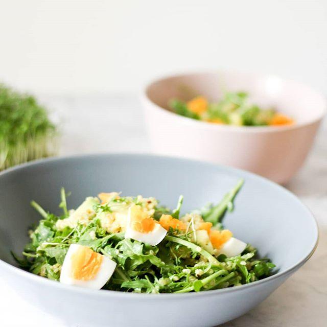 """Es geht weiter mit der Zuckerfrei-Woche und einem neuen Rezept. Es kommt aus dem tollen Buch """"Zuckerfrei für Berufstätige"""" von @projekt_gesund_leben und ist super einfach und sehr lecker. Wenn ihr auch Lust auf Quinoasalat mit Avocado und Ei habt, dann könnt ihr jetzt fix auf dem Blog vorbei schauen und findet dort das Rezept. . Was esst ihr im Job? Oder habt ihr eine Kantine? . . #salat #zuckerfrei #schnelleküche #quinoa #rezept #petzikocht #foodstagram #foodie #food #healthyfood #healthy #diepetzi #dieliebezudenbüchern #hannahfrey #rezeptaufdemblog #guverlag @gu.verlag"""