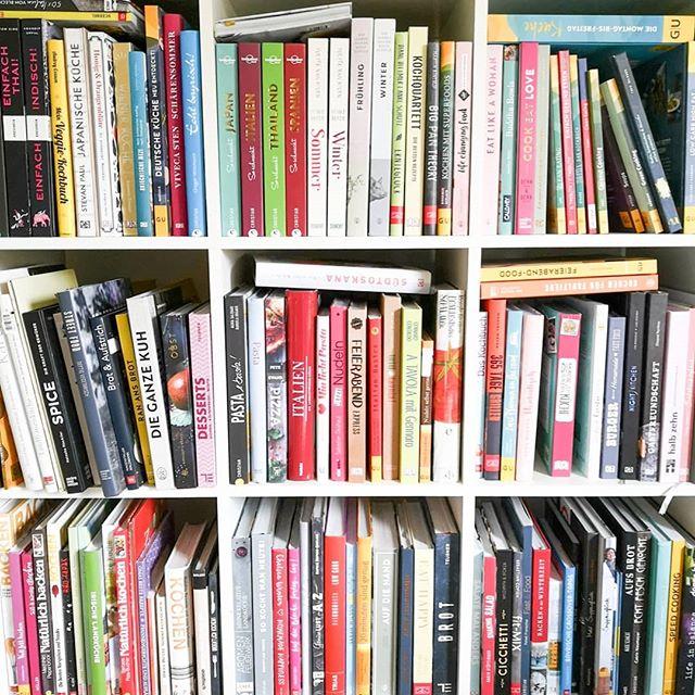 """Heute startet auf dem Account von @verlagarsedition die #leselustchallenge und da bin ich natürlich auch sehr gerne dabei. Thema des Tages: """"Zeigt her eure Bücher"""" und ich habe den Versuch gestartet ein paar wenige einzufangen. Meine Regel lautet übrigens, dass ich keine Regale anbaue. Passen hier keine Bücher mehr rein, müssen spätestens dann einige gehen. Damit fahre ich eigentlich immer gut, denn auch wenn ich Bücher liebe, will ich sie nicht überall haben. Kann man das verstehen? Und übrigens hat das alles momentan kein System und ich muss dringend mal wieder neu ordnen und sortieren. 😊 . Wie ordnet ihr eure Bücher im Regal? Baut ihr Regale an oder sortiert ihr Bücher auch mal aus? . #books #buch #bücher #shelfie #regal #buchregal #dieliebezudenbüchern #diepetzi #booksofinstagram #bookstagram #arsedition #challenge #buchblogger_de #buchblog"""