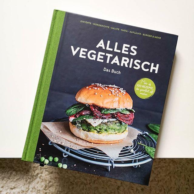 """Hier gab es schon lange kein Kochbuch mehr und das muss dringend geändert werden. Dieses Mal kommt es nicht aus einem klassischen Verlag, sondern direkt von @edeka. Und ich bin unglaublich begeistert, wie toll und schön """"Alles vegetarisch"""" aufgemacht ist. Ich werde es euch ganz sicher noch ausführlich vorstellen, weil ich schon auf Anhieb eine große Menge Rezepte abgespeichert habe. Egal ob Süßkartoffel-Salat mit Parmesan-Dressing, Kürbis-Wirsing-Lasagne mit Babyspinat und Feta, Ofenkartoffel mit Rotkohl und Kräuter-Dip, Spargel-Bánh-Mì mit Wasabi-Mayo, Möhren-Mango-Suppe mit Gemüsechips oder Kartoffel-Curry mit Kokosmilch und mariniertem Kürbis, hier gibt es eine unglaubliche Menge an schnellen und leckeren Rezepten, die trotzdem etwas hermachen und mit tollen Geschmäckern und Aromen begeistern. Das Buch gibt es direkt im Markt und bald natürlich auch auf dem Blog. . Wäre das etwas für euch? Und welches ist euer liebstes Gemüse? 🥦🌶️🍄🥕🍅 . #kochbuch #kochbuchtipp #kochbuchsüchtig #kochbuchliebe #buchtipp #edeka #kochen #foodie #veggie #vegetarisch #lecker #diepetzi #dieliebezudenbüchern #ichliebebücher #booksofinstagram #bookstagram #igreads"""