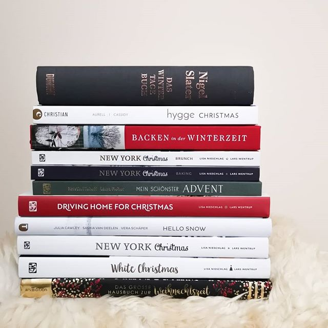 Wenn ihr noch nicht in Winter/Weihnachtsstimmung seid, dann ändert sich das vielleicht mit diesen Büchern. Weihnachten kommt schließlich immer ganz plötzlich. Auf dem Blog stelle ich euch elf Lieblingsbücher vor, die sich hier über die Jahre angesammelt haben und garantiert Weihnachtsstimmung aufkommen lassen. Außerdem gibt es 6 weitere Bücher von der Wunschliste und eine tolle Weihnachtsplaylist. Und in den Stories seht ihr die Bücher auch von innen und könnt ein wenig mehr darüber erfahren. Link in der Bio. Habt ihr denn persönliche Favoriten von der Liste? Oder eigene Empfehlungen? 🎄✨ . #weihnachtsbücher #weihnachtsbuch #buch #kochbuch #rezepte #christmasbooks #buchliebe #diepetzi #dieliebezudenbüchern #bookstagram #booksofinstagram #igreads #lesen #buchblog #buchblogger #weihnachten #hoelkerverlag #thorbeckeverlag #arsedition #dumont #christianverlag #brandstätterverlag