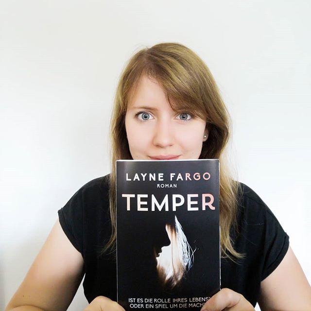 """Werbung - In einer Woche erscheint """"Temper"""" von Layne Fargo im Buchhandel. """"Mein"""" Buch, welches ich im Rahmen der #boldbotschafter Patenschaft von @read_bold begleite und bereits vorab gelesen habe. Es geht um Machtmissbrauch, narzisstische Persönlichkeiten und auch das Theater spielt eine große Rolle. Es war ganz anders, als ich es erwartet hatte und ich bin sehr gespannt, was ihr zu diesem Buch sagen werdet. 😊 . Als Kira, Mitte Zwanzig, mehr oder minder erfolglose Schauspielerin, im Beziehungsdrama ›Temper‹ die weibliche Hauptrolle ergattert, sagt sie zu – auch wenn alle sie vor Malcolm Mercer warnen. Der charismatischen Regisseur, im Stück zugleich ihr männlicher Counterpart, ist bekannt für seine manipulative Art und seinen destruktiven Umgang mit Schauspielerinnen. Und tatsächlich: Malcolm treibt sie sowohl auf der Bühne als auch offstage von Anfang an in eine dunkle, intensive Beziehung. Kira stürzt in immer tiefere Abgründe – und fühlt sich zugleich immer deutlicher zur Gegenwehr provoziert … . Apropos Bühne: Geht ihr denn gerne ins Theater? Oder würdet ihr gerne öfter gehen, aber es fehlt an der Zeit? Erzählt mir doch mal von euren Erfahrungen und Lieblingsstücken auf den Bühnen der Welt. . #boldbotschafter #readbold #temper #laynefargo #dtv #lesen #buch #buchliebe #igreads #booksofinstagram #bookstagram #diepetzi #dieliebezudenbüchern #buchblogger_de #buchblogger #buchblog"""
