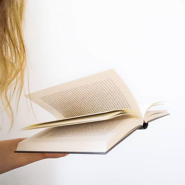 """Lesen ist Liebe. Viele Menschen aus meinem privaten Umfeld fragen mich immer, wie ich es nur schaffe so viel zu lesen. Nach einem anstrengenden Arbeitstag geht doch eigentlich nur noch Netflix, weil die Konzentration fehlt. Ich behauptet das Gegenteil. Natürlich bleibe auch ich manchmal bei Netflix hängen oder versinke in einer Flaute, die es mir gar nicht möglich macht viel zu lesen. Das ist normal und darf sein. Aber im Regelfall sieht es anders aus und nichts bringt mich so runter, wie ein gutes Buch. Es ist fast schon ein meditativer Akt, der den Ärger des Tages verfliegen lässt und die Gedanken beruhigt. Lesen hat mich schon oft auf ganz besondere Art und Weise gerettet, mir Abstand geschenkt und meinen Blickwinkel neu ausgerichtet. Ich wünschte manchmal, dass mehr Menschen diese Besonderheit erkennen können und wieder öfter zu einem Buch greifen. Lesen ändert einfach alles und es gibt ganz bestimmt für jeden das passende Buch! . Philippe Dijan sagte einmal: """"Wenn es mir schlecht geht, gehe ich nicht in die Apotheke, sondern zu meinem Buchhändler."""" Da ist etwas Wahres dran. . Oder was meint ihr? Welche Wirkung hat das Lesen bei euch? Was bedeuten Bücher für euch? . . #lesen #buch #buchliebe #leseliebe #worte #gedanken #bookstagram #booksofinstagram #igreads #readers #buchblogger_de #buchblog #buchblogger #diepetzi #dieliebezudenbüchern #books #booklove #ichliebebücher #ichliebelesen"""
