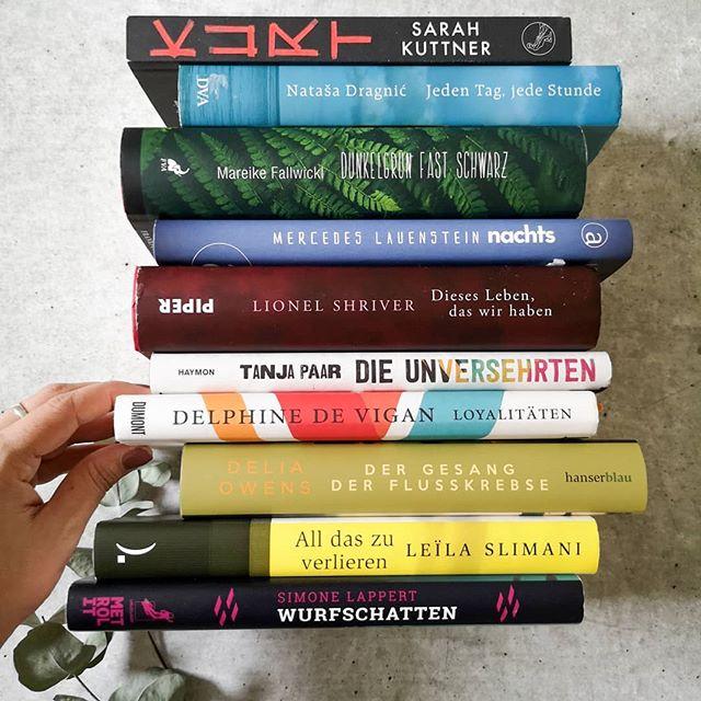 Viele von euch haben sicherlich schon den Hashtag #autorinnenschuber entdeckt, bei dem ich nun ebenfalls gerne mitmache. Die SZ hat einen Schuber mit zehn Büchern veröffentlicht, der ausschließlich Werke männlicher alter weißer Männer enthält. Diese Aktion hier soll zeigen, dass es sehr wohl großartige Literatur von Frauen gibt und auch die Beachtung verdient haben. Mehr dazu könnt ihr zum Beispiel bei @nachtundtag.blog nachlesen, die diese Aktion unter anderem initiiert hat. . Mein Schuber beinhaltet jetzt diese 10 Bücher, auch wenn ich ohne großartige Überlegungen gerade einfach so ins Regal gegriffen habe und noch sehr viele weitere tolle Bücher von Autorinnen hier finden würde. Habt ihr bei der Aktion ebenfalls schon mitgemacht? . #buch #lesen #romane #roman #autorinnen #diepetzi #dieliebezudenbüchern #buchblog #igreads #bookstagram #books #booksofinstagram #literaturvonfrauen #buchliebe #leseliebe