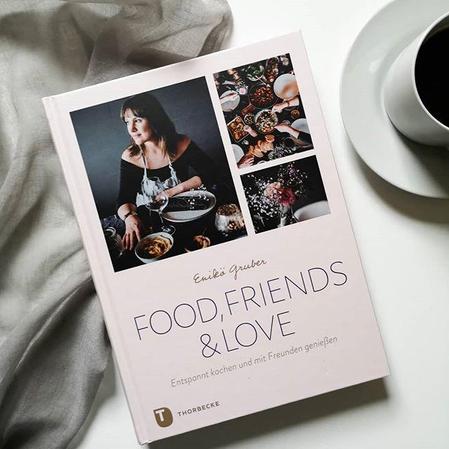 """Kochbücher kommen in letzter Zeit hier gar nicht mehr so oft vor und das muss dringend geändert werden. Deshalb hab ich heute mal wieder ein #kochbuch im Gepäck. Die liebe @enieatspretty hat sich einen kleinen Traum erfüllt und ihr Buch """"Food, Friends & Love"""" im #thorbeckeverlag veröffentlicht. Wunderschön anzuschauen. Hier gibt es nicht nur Rezepte, sondern auch gleich Menüvorschläge, Dinnerplaylists und Ideen für Menükarten. Wenn ihr das Buch mal in die Hand bekommt, dann solltet ihr unbedingt mal reinblättern und abgesehen davon kann ich auch ihren Blog sehr empfehlen. Den Link zur Besprechung findet ihr in der Bio! . #kochbuchliebe #kochbuch #thorbecke #kochen #foodie #buchblog #buchblogger #lesen #buch #igreads #diepetzi #dieliebezudenbüchern #booksofinstagram #bookstagram"""