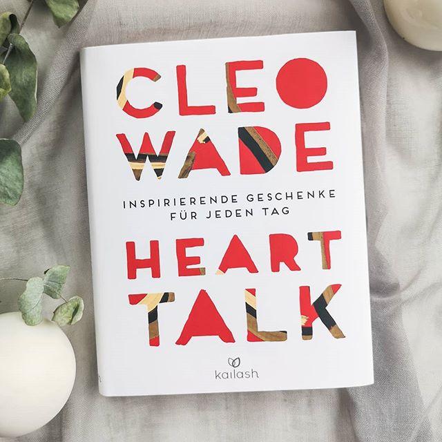 [AUSGELOST - bitte nicht mehr mitmachen] Türchen Nr. 1| Cleo Wade setzt sich für eine friedliche, liebevolle und tolerante Welt ein. Mit ihren Gedichten, Geschichten und ihrer Kunst möchte sie zeigen, dass in jedem von uns Warmherzigkeit und Liebe überwiegen. . Was man sich zum Beispiel vornehmen kann: Mehr Verständnis für den Gegenüber zeigen. Man weiß schließlich nicht, was diese Person bereits durchgemacht hat oder wie sie eine Situation empfindet. Einen inspirierenden Textauszug findest du zum Beispiel in der Story. . Wenn du das Buch gewinnen möchtest, dann hinterlasse hier eine liebe Botschaft für jemand anderen oder deine Gedanken zum Text. Folge mit außerdem. Ich freue mich über eine Verlinkung von anderen oder einem Teilen in deiner Story. Das ist aber kein Muss. . Teilnehmen kannst du bis Montag, den 02.12. um 18 Uhr abends. Der Gewinner wird ausgelost und von mir benachrichtigt. Meldet sich der Gewinner innerhalb zwei Tagen nicht, wird neu ausgelost. Der Versand erfolgt auf meine Kosten. Mitmachen kann jeder aus Deutschland bzw. auch aus anderen Ländern, falls die Mehrkosten des Versands selbst getragen werden. Der Rechtsweg ist ausgeschlossen und das Gewinnspiel steht in keinem Zusammenhang mit Instagram. Genaue Bedingungen gibt es hier: https://dieliebezudenbuechern.de/gewinnspiele/ Nicht verpassen: Morgen öffnet sich bereits das nächste Türchen! . . #adventskalender #gewinnspiel #gewinn #buch #verlosung #lesen #weihnachten #dieliebezudenbüchern #petzisadventskalender #petzisachtsamkeitskalender #petzisadvent #cleowade #kailash #hearttalk #poesie #achtsamegedanken #selbstliebe #selbstfürsorge