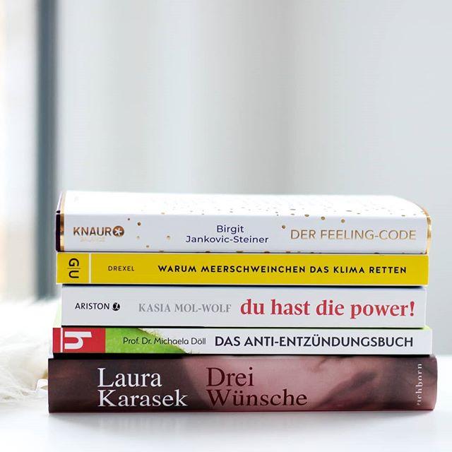 """Obwohl ich den #November gar nicht so gern mag, habe ich ihn trotzdem sehr gut genutzt. Ganz nebenbei auch 5 Bücher gelesen. Könnten mehr sein, aber nach der Leseflaute, die sich auch Anfang des Monats noch bemerkbar machte, ist das ganz gut. Die Bücher waren sehr Sachbuchlastig. Aber ich entscheide in der Regel immer ganz spontan und manchmal gibt es eben diese Phasen. Was richtig gut war? """"Drei Wünsche"""" von Laura Karasek! Den Rückblick findet ihr jetzt auf dem Blog. Link in der Bio. . Welche Bücher haben euch im November begeistert? Was sollte man lesen? Und kennt ihr Bücher von meiner Liste? . #monatsrückblick #petzisbücher2019 #lesen #buch #bücher #booksofinstagram #bookstagram #ichliebebücher #ichliebelesen #buchliebe #leseliebe #buchblogger_de #buchblogger #buchblog #diepetzi #dieliebezudenbüchern"""