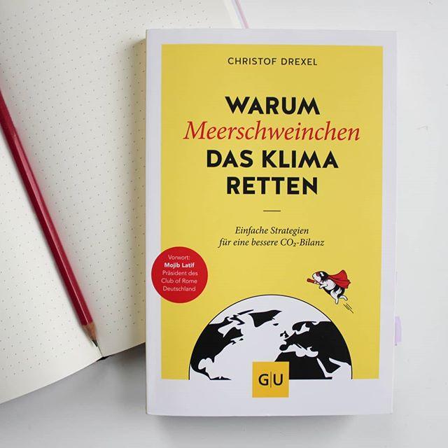 """Vor einiger Zeit habe ich euch in den Stories bereits ein paar Fragen zum Klima und CO2 Emissionen gestellt. Viele von euch haben mitgemacht und mir mit ihren Reaktionen gezeigt, dass das Klima auch für euch eine wichtige Baustelle ist. Christof Drexel, Autor und Klima-Experte, hat im @gu.verlag das Buch """"Warum Meerschweinchen das Klima retten"""" herausgebracht und es ist für jeden geeignet, der sich noch ins Thema einlesen möchte bzw. wissen will, welche Verhaltensweisen welche Auswirkungen haben und wie man es vielleicht besser machen kann. Ganz ohne komplette Lebensumstellung. Ein ganz starkes Buch mit vielen Zahlen, Fakten und Diagrammen. . Ich traf den Autor auch zum Interview und habe ihm einige Fragen gestellt, die vielleicht auch für euch interessant sind. Die Besprechung, sowie auch das Interview, findet ihr jetzt auf dem Blog. Beide Links dazu sind in der Bio. . Ist das Thema auch für euch interessant? . #buch #buchtipp #sachbuch #lesen #guverlag #warummeerschweinchendasklimaretten #christofdrexel #diepetzi #dieliebezudenbüchern #buchblog #buchblogger_de #buchblogger #ichliebebücher #booksofinstagram #bookstagram"""