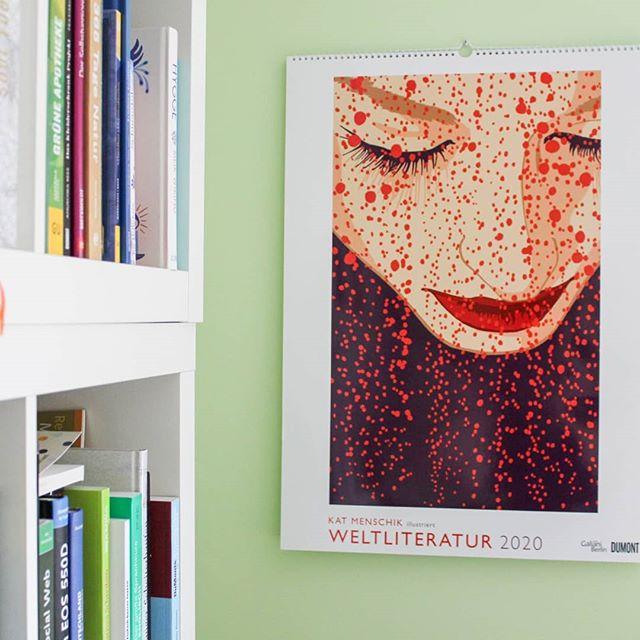 """Ich liebe #wandkalender und bin tatsächlich immer noch so oldschool und hab jedes Jahr einen an der Wand. Aber immer nur besondere Schmuckstücke, weil man tolle Kalenderblätter später rahmen kann und dann ein ganz tolles Bild an der Wand hat. Dieses Jahr hatte ich einen tollen Kunstkalender und nächstes Jahr dieses Schmuckstück aus dem @dumontkalenderverlag mit zwölf Illustrationen von @katmenschik. Gezeigt werden hier Bilder aus vier Klassikern der Weltliteratur, wie """"Romeo & Julia"""" von Shakespeare oder """"Unheimliche Geschichten"""" von Edgar Allan Poe. Dazu gibt es übrigens auch eine Buchreihe im @galiani_verlag. . Ich hab aber auch noch neun weitere tolle Kalender im Gepäck, falls dieser doch nichts für euch ist. Leider muss man sich ja immer entscheiden und mehr als zwei bekomme ich nicht unter. Auf dem Blog ging vorhin ein Beitrag online. Den Link findet ihr in der Bio. . Seid ihr Kalenderfans oder eher nicht? Und wie findet ihr diesen? . #wandkalender #wandkalender2020 #kalender #illustration #katmenschik #dumontkalenderverlag #dumontkalender #kalender2020 #diepetzi #dieliebezudenbüchern #kalenderliebe"""