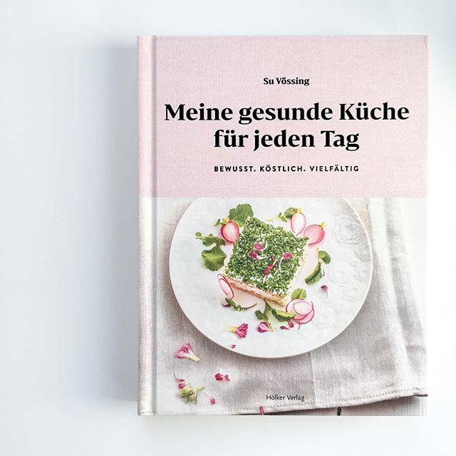"""Ich war schon lange nicht mehr auf den ersten Blick so begeistert von einem #kochbuch, wie ich es hier bei """"Meine gesunde Küche für jeden Tag"""" aus dem @hoelkerverlag bin. Su Vössing wurde bereits mit einem Michelinstern ausgezeichnet und hat in grandiosen Küchen rund um die Welt gearbeitet. Sie ist außerdem regelmäßig im TV zu sehen, hat Kochbücher produziert und steht für gesunde und unkomplizierte Speisen ohne Chichi. Alles das bekommt man auf jeden Fall hier. . Frühstück, Snacks für Unterwegs, Gemüseküche, Mittagessen, Vorräte, Backwaren, Abendessen und gesunde Basics sind hier Programm und die Rezepte bunt gemischt. Viele vegetarische Rezepte, manchmal auch mit Fleisch und ganz sicher sehr gesund. . Was ich mir schon notiert habe? Bananen-Powerriegel mit Sesam, Leinsamen-Bananen-Pfannkuchen mit marinieren Erdbeeren, Tortellini mit Süßkartoffelfüllung, parnierter Blumenkohl mit Thunfisch-Leinsamen-Creme, Pasta mit Feldsalatpesto, Loup de mer auf Kartoffel-Erbsen-Stampf mit Safransoße, Rote-Bete-Muffins und Mischbrot mit Chiasamen und Mohn. Und das war nur die kleine, schnelle Auswahl. Das Buch werde ich euch auf dem Blog auf jeden Fall auch noch näher vorstellen, kann euch aber nur raten, dass ihr im Laden direkt mal reinblättert. . Habt ihr jetzt auch direkt Hunger bekommen? Worauf hättet ihr Lust? . #kochbuchtipp #kochbuch #kochbuchliebe #kochbuchsüchtig #hoelkerverlag #gesundeküche #healthyfood #buch #buchblogger_de #buchblogger #buchblog #diepetzi #dieliebezudenbüchern #igreads #booksofinstagram #foodie #foodblog #suvoessing #meinegesundeküchefürjedentag"""