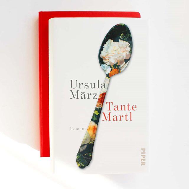 """Ich habe euch noch gar nicht gesagt, dass ich auf dem Blog über """"Tante Martl"""" von Ursula März aus dem @piperverlag geschrieben habe. Ein ganz tolles Buch über eine sehr liebenswerte, schrullige, sympathische Frau, die ihrer Zeit weit voraus war und mich sehr beeindruckt hat. . Alles zum Buch könnt ihr direkt auf dem Blog nachlesen. Ich versuch mir jetzt einen schönen Abend zu machen, nachdem der Tag schon äußerst chaotisch gelaufen ist. Die Autobatterie gab zwar den Geist auf, dafür habe ich jetzt aber zwei Tattoos. Nachdem ich das eigentlich schon mit 15 machen wollte, habe ich doch ziemlich lange dafür gebraucht. Aber besser spät als nie. Und es werden sicher weitere folgen. . Wie ist euer Tag gelaufen? Seid ihr gut ins Wochenende gestartet? . #buchtipp #roman #lesen #leseliebe #buch #booksofinstagram #bookstagram #piperverlag #igreads #dieliebezudenbüchern #diepetzi #tantemartl #ursulamärz #literatur #ichliebelesen #ichliebebücher #gedankenundso #buchblogger #buchblog"""