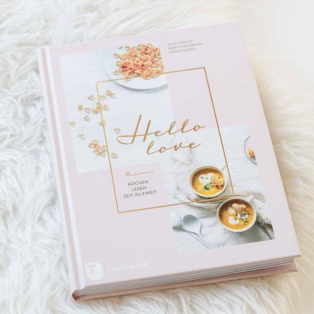 """Heute mache ich mal was besonderes und lade Freunde zum 3-Gänge-Menü ein, das ich komplett aus einem Kochbuch zusammengestellt habe. Fürs heutige Menü habe ich das neue tolle Buch """"Hello Love"""" aus dem #thorbeckeverlag gewählt. Wunderschön anzuschauen mit sehr tollen Rezepten und einem tollen Layout. Hier hat u.a. wieder @juliacawleyphotography mitgewirkt und ich kann es euch nur empfehlen. . Mein Menü ist noch geheim (Gäste lesen mit), aber ich werde euch natürlich berichten, ob es auch wirklich gelungen ist und geschmeckt hat. . Es gibt hier kleine Geschichten zu berühmten Liebespaaren wie Michelle und Barack Obama oder auch John Lennon und Yoko Ono. Dazu aber dann eben auch ganz tolle Rezepte, alle für 2 Personen konzipiert. Damit lässt sich nicht nur ein Valentinsdinner zaubern, sondern überhaupt tolles Essen. Geschmorter Thymian-Tomatensalat mit krossem Brot, Saltimbocca von der Rotbarbe mit Radieschensalat, Erbsen-Risotto mit Tomaten-Chutney oder Himbeereis mit Sahne und Baiser-Bröseln. Das und noch viel mehr gibt es zur Auswahl und hat mich schon auf den ersten Blick begeistert. Eine Besprechung zum Buch wird natürlich auch noch auf dem Blog folgen. . Gibt es denn hier Menschen aus München und Umgebung, die mal Lust auf einen Dinnerabend hätten? Das würde mich ja tatsächlich sehr interessieren. . . #buch #kochbuch #kochbuchtipp #kochbuchsüchtig #kochbuchliebe #thorbecke #hellolove #lesen #buchblog #food #Foodblogger #buchblogger #ichliebelesen #ichliebebücher #diepetzi #dieliebezudenbüchern #foodie #lecker #dinnerabend @buch_contact"""