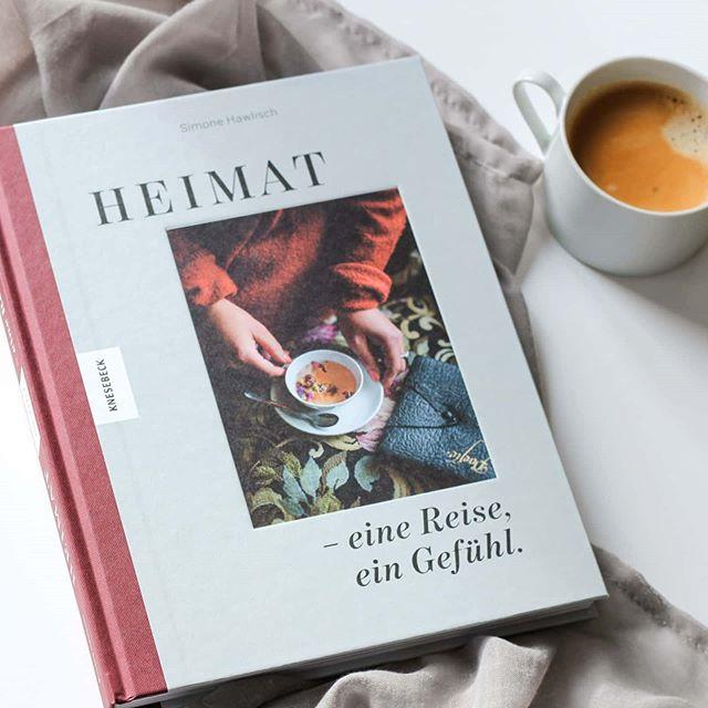 """Als die wunderbare @fraeuleinsonntag ihr Kochbuch über das Frühstück veröffentlicht hat, war ich sofort Feuer und Flamme dafür und sehr angetan von ihrem Gespür für schöne Kompositionen und tolle Bilder. Mit """"Heimat - eine Reise, ein Gefühl"""" hat sie vor einiger Zeit ein weiteres Buch im @knesebeck_verlag veröffentlicht. Kein Kochbuch im klassischen Sinn. Es ist mehr ein Erzählband mit zehn Porträts über wunderbare Frauen aus der ganzen Welt, die sie hier auf Instagram kennengelernt hat. Es gibt vereinzelt Rezepte, manchmal auch Städtetipps und sogar eine Strickanleitung. . Ein ganz wundervolles Buch, das zum Verweilen einlädt. Man kann es immer wieder zur Hand nehmen, immer wieder neue Dinge entdecken und viel für sich mitnehmen. Alle Geschichten haben mich auf die eine oder andere Art inspiriert und ich bin sehr froh, dass ich dieses tolle Buch im Regal habe. . Eine ausführliche Besprechung findet ihr jetzt auf dem Blog. Ganz einfach über den Link in der Bio. . #buchtipp #kochbuch #reisebuch #porträts #frauenporträts #knesebeck #simonehawlisch #heimat #buch #lesen #leseliebe #buchliebe #buchblog #buchblogger #buchblogger_de #diepetzi #dieliebezudenbüchern #ichliebelesen #ichliebebücher #igreads #booksofinstagram #bookstagram"""