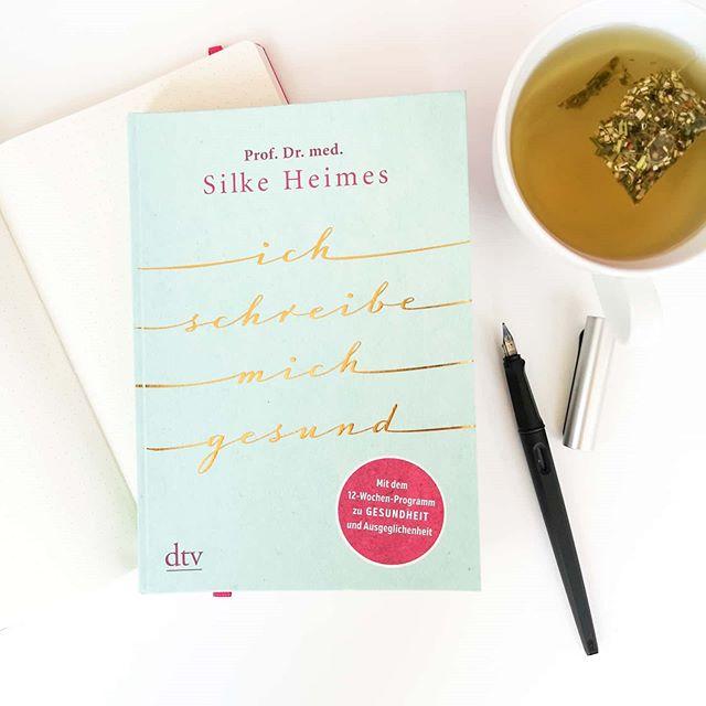 """Auf dieses Buch war ich total neugierig und hab es mir gestern direkt besorgt. Ihr habt vielleicht mitbekommen, dass ich mich in letzter Zeit sehr mit dem #schreiben und auch #journaling beschäftige und absolut fasziniert bin, welche neuen Sichtweisen entstehen, wie ich dadurch manche Probleme angehe oder feststelle, was ich wirklich will. In """"Ich schreibe mich gesund"""" von Prof. Dr. med. Silke Heimes aus dem @dtv_verlag findet man viele tolle Impulse und auch ein 12-wöchiges Programm, um die Sprache des Körpers zu verstehen. Die Autorin ist selbst Ärztin und hat in der Psychiatrie gearbeitet. Außerdem ist sie Poesietherapeutin und Gründerin und Leiterin des Instituts für kreatives und therapeutisches Schreiben. Sie kennt sich auf diesem Gebiet also auf jeden Fall aus. Ich werde berichten, welche Fortschritte sich ergeben bzw. ob ich eine Veränderung feststellen kann und mir das so auch gut tut. (Werbung/selbst gekauft) . Schreibt ihr auch mal gerne für euch? Seid ihr Journaling Fans? Würde euch das Buch interessieren? . #buch #lesen #kreativesschreiben #schreiben #schreibenfürdieseele #silkeheimes #dtvverlag #schreibratgeber #dieliebezudenbüchern #diepetzi #buchblogger_de #buchblogger #buchblog #ichliebelesen #ichliebebücher #igreads #booksofinstagram #bookstagram #ichschreibemichgesund"""