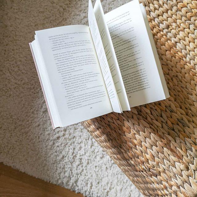 Drei Bücher lese ich gerade gleichzeitig. Das geht deshalb, weil es drei ganz verschiedene Genres sind. Manchmal steht mir die Lust nach Sachbuch, wenn der Tag aber lang und anstrengend war, dann versinke ich lieber in einem guten Roman. Ein Buch liegt neben dem Bett, eines habe ich immer dabei, eines liegt im Wohnzimmer. Seit ich denken kann, lese ich mehrere Bücher parallel, weil mir manchmal eine Geschichte nicht genug ist. Manchmal lese ich natürlich ein Buch auch am Stück, weil es mich so fesselt und nicht mehr loslässt, manchmal auch nicht. Ob ich nur häppchenweise lese oder doch in einem Rutsch, hat aber nichts über die Qualität zu sagen. Manche Bücher kann man nur mit einem gewissen Abstand lesen und verdauen und manchmal tut eine kleine Pause auch sehr gut. Ich persönlich finde viele Vorteile in dieser Art zu lesen, kenne aber natürlich auch viele, die immer nur in eine Geschichte abtauchen können. Wie ist das bei dir? . Ist parallel lesen okay? Und wenn ja, wann? Oder bleibst du lieber bei einem Buch und einer Story? . . #buch #lesen #leseliebe #buchliebe #gedankenundso #dieliebezudenbüchern #diepetzi #ichliebelesen #ichliebebücher #booksofinstagram #bookstagram #igreads #buchblogger_de #buchblog #buchblogger #wasüberbücher #books #instadaily