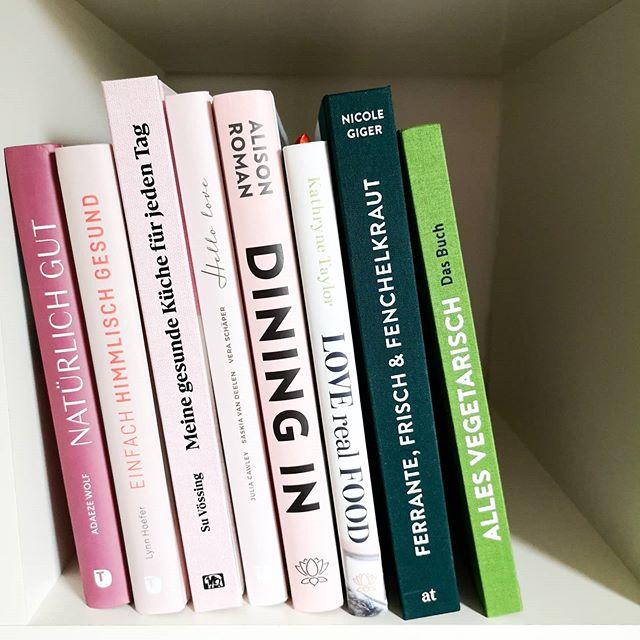 In nächster Zeit habe ich so einiges zu tun, denn im Testregal stehen viele wunderbare Kochbücher, zu denen ich euch unbedingt mehr erzählen möchte. Ihr könnt euch auf jeden Fall auf einige Berichte dazu freuen. Hier sind nämlich wirkliche Knaller dabei. Ist echt so. Verratet mir gerne, welches Buch euch ganz besonders interessiert. Oder wollt ihr vielleicht sogar eine ausführliche Story zu einem oder allen Büchern? . #kochbuchliebe #kochbuch #kochbuchsüchtig #kochen #thorbeckeverlag #hoelkerverlag #unimedica #atverlag #imregal #diepetzi #dieliebezudenbüchern #buchblog #buchliebe #buchblogger #bookstagram