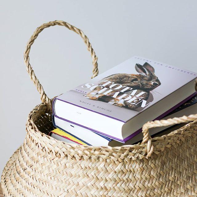 """Dieser Moment, wenn du ein Buch beendet hast und unendlich viele neue Geschichten auf dich warten und du dich trotzdem nicht entscheiden kannst, zu welchem Buch du nun greifst. Manchmal habe ich das Gefühl zu viel Auswahl zu haben, aber genauso oft liebe ich genau diese Möglichkeiten. Ich werde ganz sicher mit einem neuen Sachbuch beginnen und schwanke zusätzlich gerade auch zwischen """"Marta schläft"""", """"1000 Serpentinen Angst"""", """"Marianengraben"""" oder """"Totalschaden"""". Oder doch etwas anderes? Könnt ihr etwas empfehlen? . #buch #buchliebe #buchtipp #buchstapel #dieliebezudenbüchern #diepetzi #buchblog #buchblogger #igreads #booksofinstagram #booklove #bookstagram #lesen #leseliste #leseliebe"""