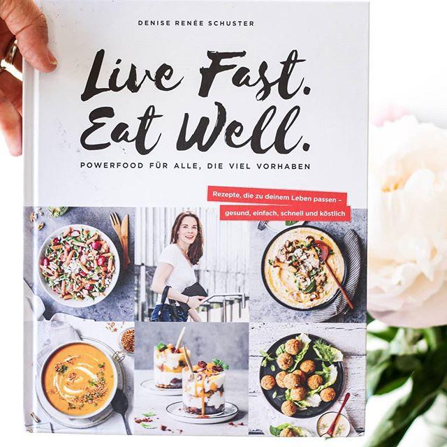 """Ich habe mittlerweile ja schon eine umfassende Sammlung an Kochbüchern und manche habe ich mittlerweile tatsächlich auch wieder aussortiert. Rezepte die nicht funktionieren oder viel zu wenig, was mich wirklich anspricht. Gibt es leider immer wieder. Wenn ich beim ersten Durchblättern aber bereits spontan das halbe Buch nachkochen will und ich mir richtig viel einmerke, dann ist das ein ziemlich gutes Zeichen. . Bei """"Live Fast. Eat Well."""" von @_deniserenee_ war es aber exakt so. Habe ich eigentlich nicht anders erwartet, weil wer ihr auch hier auf Insta folgt, kennt ihre Rezepte und ihren guten Geschmack. Der findet sich natürlich auch in ihrem Buch. Gesunde Rezepte, die einfach zu kochen sind und lecker schmecken. Für den ganzen Tag verteilt ist in diesem Buch genug Inspiration enthalten und dazu auch Grundlagen von gesunder Ernährung, Lebensmittel, die man im Haus haben sollte und Tricks für stressfreie Planung. . Von Körner-Nussbrot, Linsen-Curry mit Hähnchen, über Süßkartoffel-Curry-Frittata, Siracha-Lachs mit Kiwi-Salsa und schwarzem Reis, Schokoladen-Müsliriegel oder Brombeer-Mandel-Muffins. Hier ist wirklich viel Auswahl dabei und ich bin wirklich verliebt ins Buch. Nächste Woche gibt es die ersten Gerichte und ich halte euch gerne auf dem Laufenden. . Was gab es heute bei euch zu Essen? Und interessiert euch das Buch näher? . #kochbuch #kochbuchtipp #diepetzi #dieliebezudenbüchern #bjvv #beckerjoestvolkverlag #livefasteatwell #booksofinstagram #bookstagram #kochbuchliebe #kochbuchsüchtig #buchblogger #buchblog #buch"""