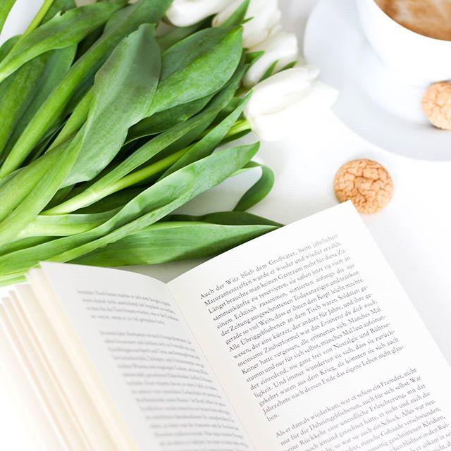 Wisst ihr, was ich an Büchern so liebe? Sie sind so universell einsetzbar und für jeden geeignet, auch wenn derjenigen vielleicht gar nicht so gern liest. Sie decken praktisch jedes Gebiet ab und es gibt wunderbare Ratgeber zum Nachschlagen, Reisebücher, um die Welt zu entdecken, Kochbücher für kulinarische Expeditionen oder Bildbände zum Bestaunen. Es ist schon so oft vorgekommen, dass ich in einem Roman etwas gelesen oder irgendwo etwas gehört habe, zu dem ich nähere Infos wollte und dann direkt passende Bücher gesucht habe. Die Tage habe ich mir z.B. einen Bildband geholt, nachdem ich bei einem Kundentermin total begeistert von einer Fotografie war und man diese so aber leider nicht mehr kaufen kann oder nur für sehr viel Geld. Jetzt kann ich die Werke der Künstlerin immerhin im Buch bestaunen. . Kennt ihr sowas? Habt ihr auch schon Bücher gekauft, um euch weiter über ein Thema zu informieren? Und welches zuletzt? . #buch #buchmenschen #buchliebe #lesen #leseliebe #dieliebezudenbüchern #diepetzi #booksofinstagram #bookstagram #igreads #buchblogger #buchblog